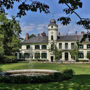 avatar 1 300x300 - Das Schloss Britz-Hochzeitsarrangement