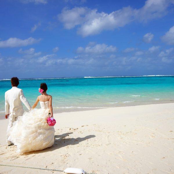 bride and groom 483223 1280 600x600 - Alles rund um das Thema Flitterwochen – euer erstes Abenteuer nach der Hochzeit